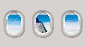 Die Fenster einer Fläche zum Flugzeugflügel und zum clou heraus schauen Lizenzfreie Stockfotografie