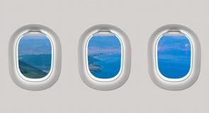 Die Fenster einer Fläche zum Meer heraus schauend, bellen Sie Stockfotos