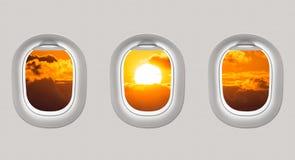 Die Fenster einer Fläche zum Schwarzen Meer und zum Sonnenuntergang heraus schauen Lizenzfreies Stockbild