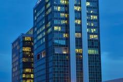 Die Fenster von modernen Bürogebäuden Stockfotos