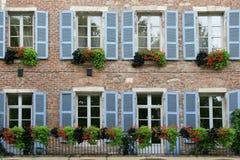 Die Fensterläden eines alten Steinhauses, das in Cahors, Frankreich aufgestellt wurde, wurden im Blau gemalt Stockfotos
