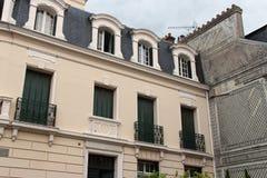 Die Fensterläden eines Hauses, das in Cabourg, Frankreich aufgestellt wurde, wurden auf Grün gemalt Stockfotografie