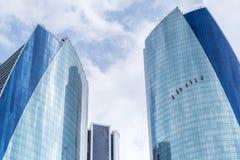 Die Fensterputzer, die an dem Etihad arbeiten, ragen in Abu Dhabi hoch Lizenzfreie Stockfotografie
