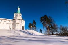 Die Festungswände mit Türmen um das neue Jerusalem-Kloster des 17. Jahrhunderts Istra, Moskau-Vororte, Russland Stockfotografie