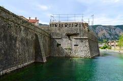 Die Festungswand der Bastion Bembo (1540) nahe Fluss Shkurda, Ko Stockfotografie