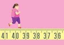 Die fette Frau, die auf Maßband für läuft, erhalten in Form und verlieren Gewicht Stockfoto