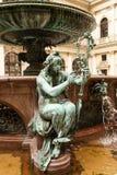 Die Figürchen an der Statue von Hygieia in Hamburg lizenzfreies stockfoto