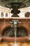Die Figürchen an der Statue von Hygieia in Hamburg stockbilder