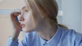 Die Finanzierung des blonden Haares des Porträts, die im hellblauen Hemd analytisch ist, sitzt auf der Konferenz stock footage