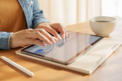 Die Finger der Frau schreibt auf einer Tablette es ist Einzelteilspitzentechnologieinnovation stockfoto