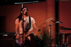 Die Finger des Bass-Spielers schließen an sein Instrument an stockbild