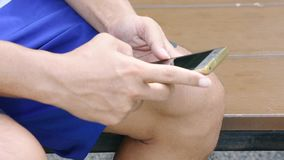 Die Finger simsen an den Handys in den Händen von Männern stock footage