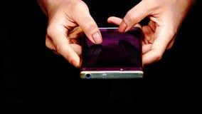 Die Finger simsen an den Handys in den H?nden von Frauen stock footage