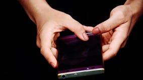 Die Finger simsen an den Handys in den H?nden von Frauen stock video footage