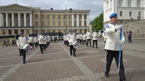 Die finnische Verteidigungs-Kraftmilitärkapelle führt freies allgemeines Konzert und Parade in der Mitte von Helsinki durch stock footage