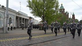 Die finnische Verteidigungs-Kraftmilitärkapelle führt freies allgemeines Konzert und Parade in der Mitte von Helsinki durch stock video