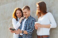 Die Firma von den jungen Leuten, die Spaß haben Lizenzfreie Stockfotos