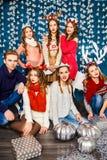 Die Firma von sechs schönen Mädchen und von Kerl auf dem Hintergrund Lizenzfreie Stockfotos