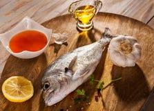 Die Fische mit Gemüse auf einem Steinschiefer Stockbilder