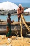 Die Fischer, die an Kovalam arbeiten, setzen, Kerala, Indien auf den Strand Stockfotos