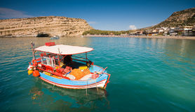 Die Fischerboote, die in Matala befestigt werden, bellen, Kreta, Greec Stockfotografie