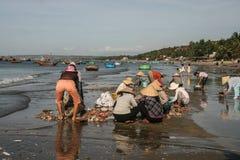 Die Fischerboote im Meer in Vietnam Stockfotos