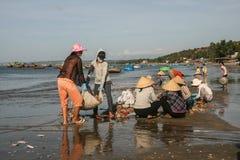 Die Fischerboote im Meer in Vietnam Lizenzfreie Stockfotos