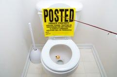 Die Fischerei kennzeichnen innen Toilette Stockbilder