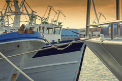 Die Fischerei versendet im Hafen am Abend Stockfotografie