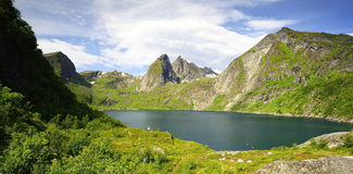 Die Fjorde und die Berge Stockfotos