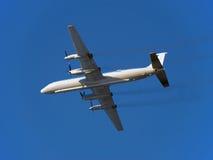 Die Fläche. Russische Turboprop-Triebwerk Passagierflugzeuge IL-18 im Flug. Stockbild