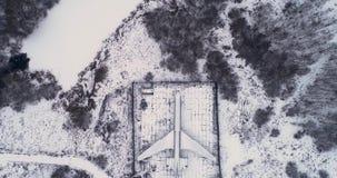 Die Fläche wird im Wald im Winter geparkt stock video footage