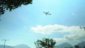 Die Fläche, zum sich vor dem hintergrund des blauen Himmels zu entfernen Der Flughafen in Hong Kong Flugzeug, das vorbei entlang  stock video footage