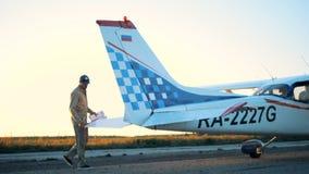 Die Flügel des männlichen Versuchsprüfungsflugzeuges stock video