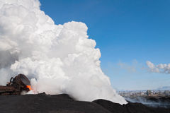 Die flüssige flüssige Schlacke und eine Wolke des heißen Dampfs lizenzfreie stockfotos