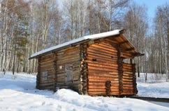 Die flüssige Kaskade von Wassermühlen im Dorf von Vladimirovka des Bratsky-Bezirkes von Irkutsk-Region, - früh - Th 20 des späten lizenzfreie stockfotografie