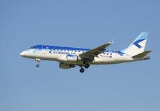 Die flache Firma Estonian Air Embraers ERJ-170 (ES-AED) vor der Landung in Pulkovo-Flughafen Stockbild