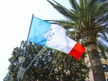 Die Flagge der Stadt von Anzio auf der Küste von Italien südlich von Rom lizenzfreie stockfotos