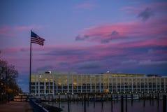 Die Flagge Vereinigter Staaten bei dem Sonnenuntergang auf dem Hudson in New-Jersey stockbilder