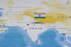 Die Flagge von Indien in der Weltkarte stockfotos