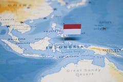 Die Flagge von Indonesien in der Weltkarte stockbild
