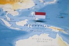 Die Flagge von Indonesien in der Weltkarte lizenzfreie stockfotografie