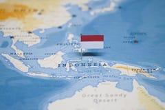 Die Flagge von Indonesien in der Weltkarte lizenzfreie stockfotos