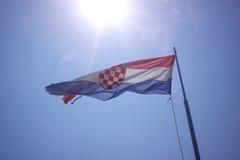 Die Flagge von Kroatien auf blauem Himmel Stockbild