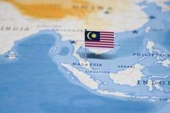Die Flagge von Malaysia in der Weltkarte stockfotos