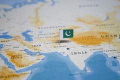 Die Flagge von Pakistan in der Weltkarte stockbilder