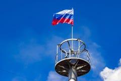 Die Flagge von Russland auf der Aussichtsplattform Lizenzfreies Stockfoto