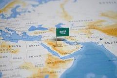 Die Flagge von Saudi-Arabien in der Weltkarte lizenzfreie stockfotografie