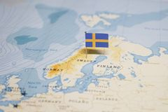 Die Flagge von Schweden in der Weltkarte stockfotos