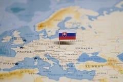 Die Flagge von Slowakei in der Weltkarte lizenzfreie stockfotografie